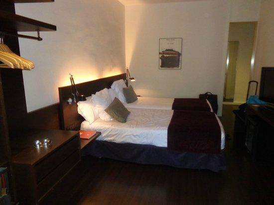 Chambre picture of hotel regina barcelona barcelona for Chambre barcelona