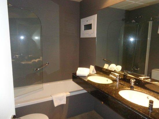 Hotel Regina Barcelona: salle de bain moderne