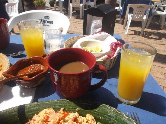 Cabo Blanco Bar : Petit déjeuner avec café et jus inclus pour 35 pesos - 5 mars 2014.