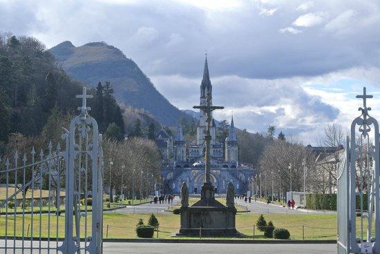 Sanctuaire Notre Dame de Lourdes : Vista da entrada principal