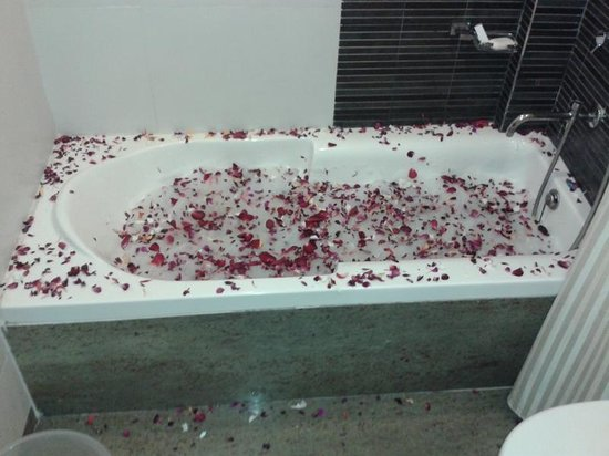 Apple Country Resort: Flower and Spa Decorated Bath Tub in Suite