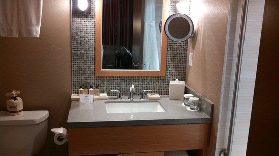River Rock Casino Resort: Spacious bathroom