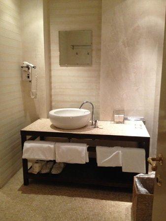 J & J Historic House Hotel: miroir un peu petit
