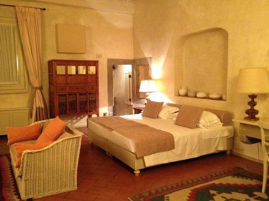 J & J Historic House Hotel: suite plafond environ 4m50