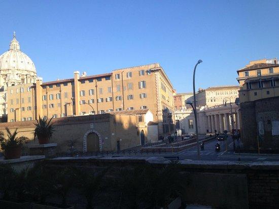 Al Colonnato di San Pietro Bed and Breakfast: Vista de San Pedro desde la puerta del establecimiento