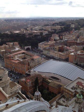 Al Colonnato di San Pietro Bed and Breakfast: Vista del establecimiento desde la cúpula de San Pedro (al lado del túnel)