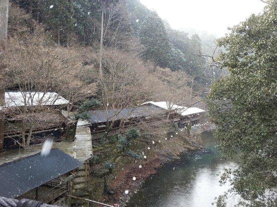 Momijiya Bekkan Kawa no Iori : Light snow fall