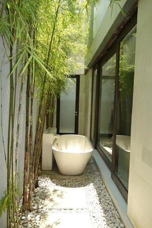 eqUILIBRIA SEMINYAK : outdoor bathtub