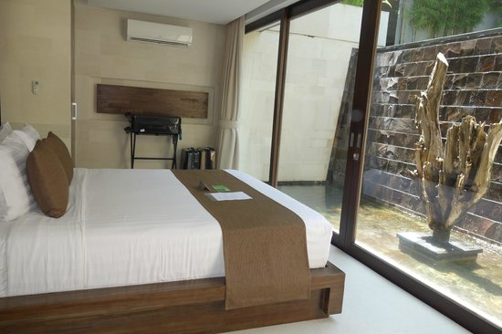 eqUILIBRIA SEMINYAK: waterfall villa bedroom