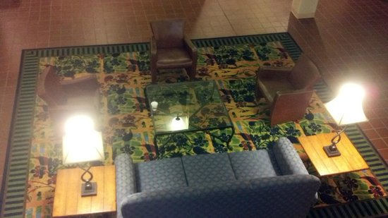 Quality Suites Hotel: Sitting area behind elevators