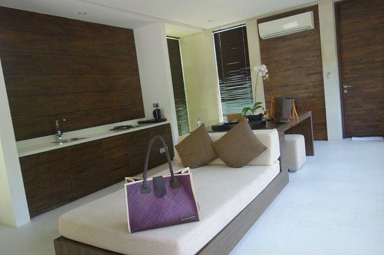 eqUILIBRIA SEMINYAK: waterfall villa living room