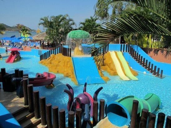 Azul Ixtapa Beach Resort & Convention Center: Children slides and water sprayer