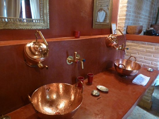 Riad Laaroussa Hotel and Spa : Red bathroom