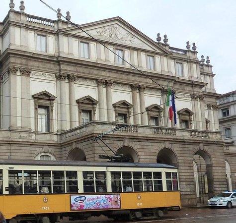 Scala de Milan (Teatro alla Scala) : 路面電車が通るスカラ座前