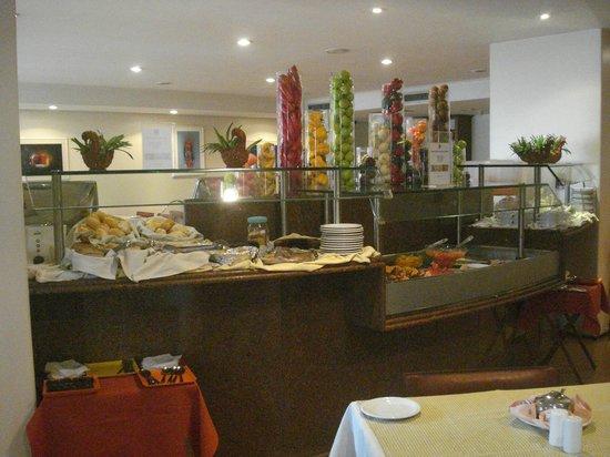 LG Inn Hotel: Buffet com café da manhã.