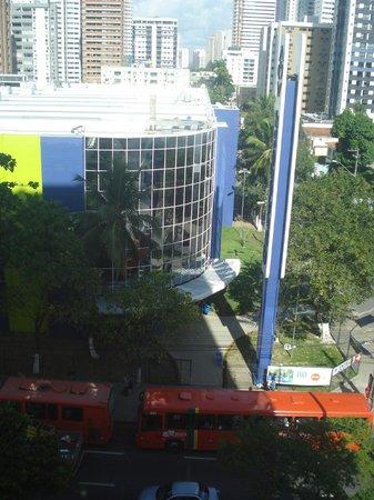 LG Inn Hotel: Supermercado em frente ao hotel.