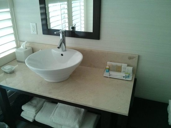 Radisson Admiral Toronto Harbourfront: Nice bathrooms!