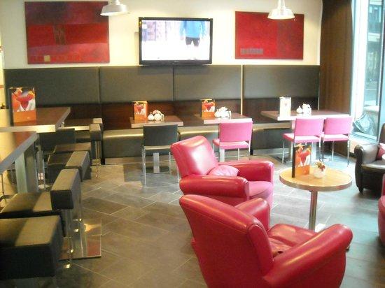 Suite Novotel München Parkstadt Schwabing: Bar at lobby