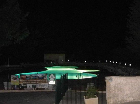 Camping Le Clos de Barbey : la piscine vue la nuit