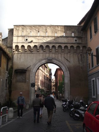 Trastevere : Porta Settimiana na Via della Lungara