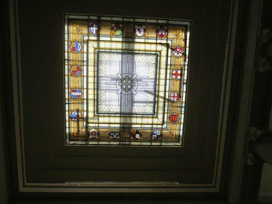 Musée du mémorial de guerre d'Auckland : Staned glass ceiling