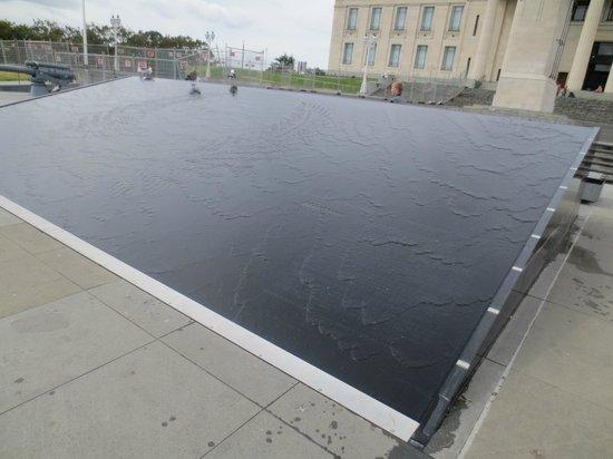 Musée du mémorial de guerre d'Auckland : Water feature