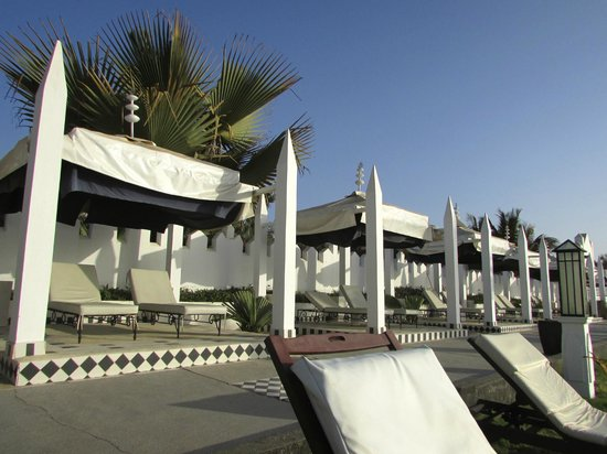 Coco Ocean Resort and Spa: Beds by the beach