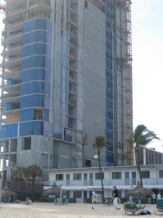 Travelodge Monaco N Miami and Sunny Isles Beach : Highrise in construction