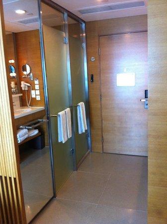 Hotel Jen Hong Kong: Spacious bathroom in HK!