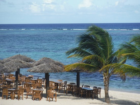 Wyndham Reef Resort: A view from the upstairs restaurant, of the beach restaurant