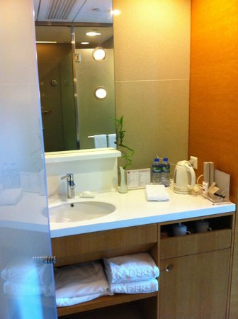 Hotel Jen Hong Kong: Spacious bathroom in HK!