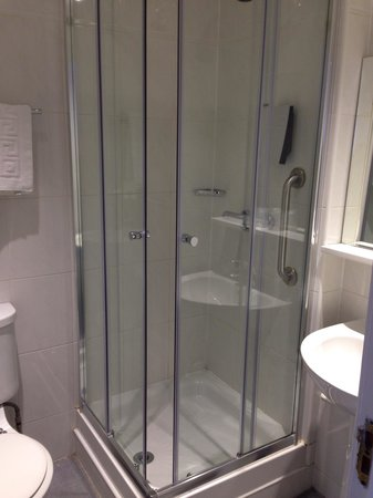 Cityroomz Edinburgh : Bathroom - incredibly clean and good shower