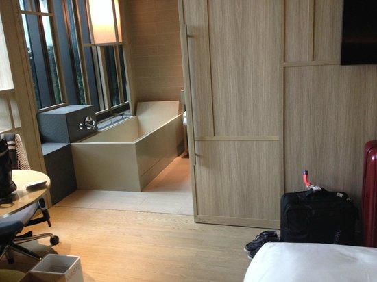 PARKROYAL on Pickering: pintu geser kamar mandi dan bathtub
