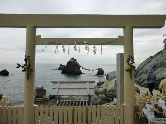 Futami Okitama Shrine : 鳥居の先に夫婦岩。