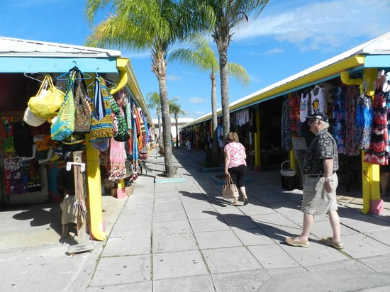 Grand Lucayan, Bahamas : Inside the market area Nice people and shops
