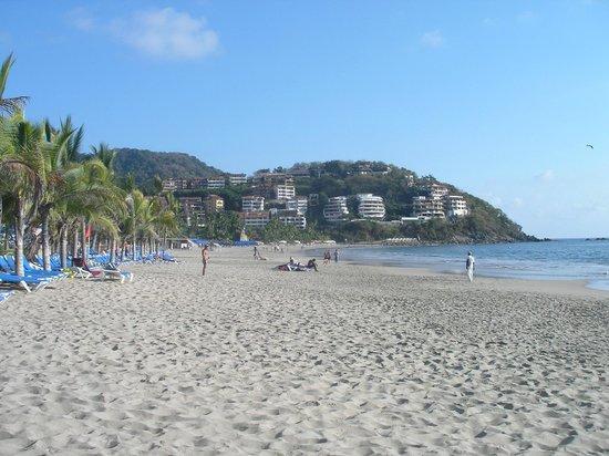 Barcelo Ixtapa: Vue à gauche de la plage du Barcelo