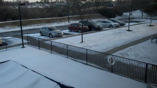 Hampton Inn Columbus Dublin: Snow on March 4th. Freeway side of hotel
