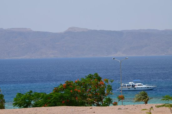 Bedouin Garden Village: Красное море, на противоположной стороне Египет.