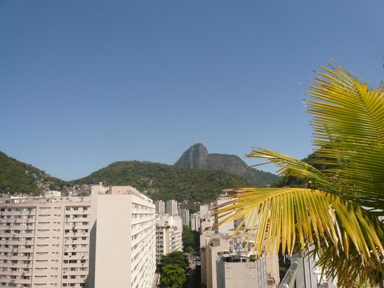 Atlântico Copacabana Hotel: View of Christ the Redeemer on Corcovado mountain from the rooftop pool area