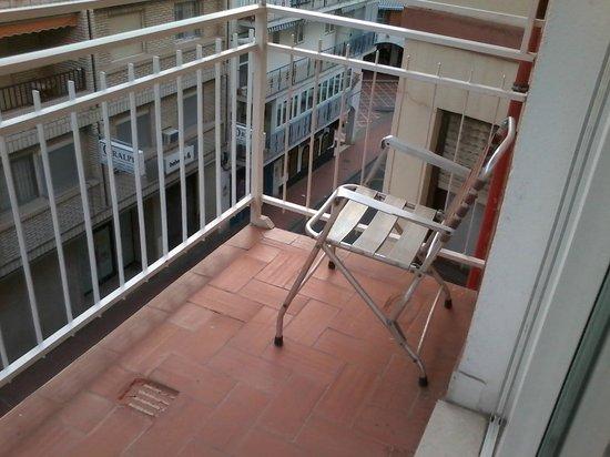 Hotel Mayna: Terracita, asomarse con cuidado, suelo deteriorado.