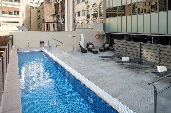 Terraza con piscina picture of catalonia square for Piscina barcelona