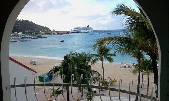 Holland House Beach Hotel: vanuit de kamer zie je de cruiseschepen liggen