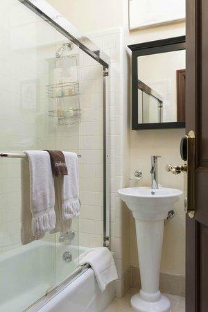 Washington Square Inn : Guest Bathroom