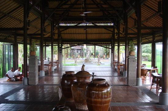 The Chedi Club Tanah Gajah, Ubud, Bali – a GHM hotel: Hotel full service dinning room with soft music Gamalan players in middle of rice paddy very pea