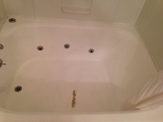 Comfort Inn: Jacuzzi tub in the king suite....brown patch work....Not going to soak in that nastiness.