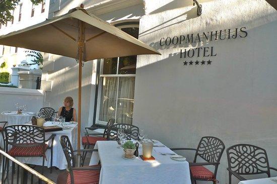 Coopmanhuijs Boutique Hotel & Spa: Terrasse vor dem Hotel, mitten im Leben