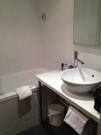 Mercure Paris Gobelins Place d'Italie: Nice bathroom with bath & shower
