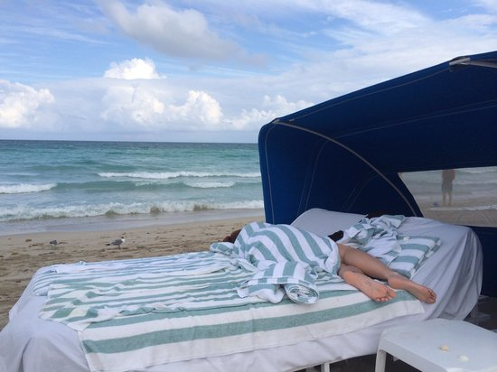 Marenas Beach Resort: Amazing beach service. She slept for hours in her cabana.