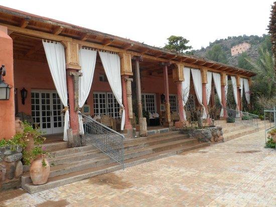 Domaine de la Roseraie: entrance to bar