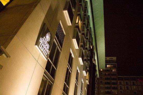 Canary Riverside Plaza Hotel: Hotel exterior at night